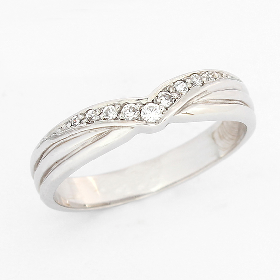 630 Grain set diamonds in a V giving a vintage look wedding ring