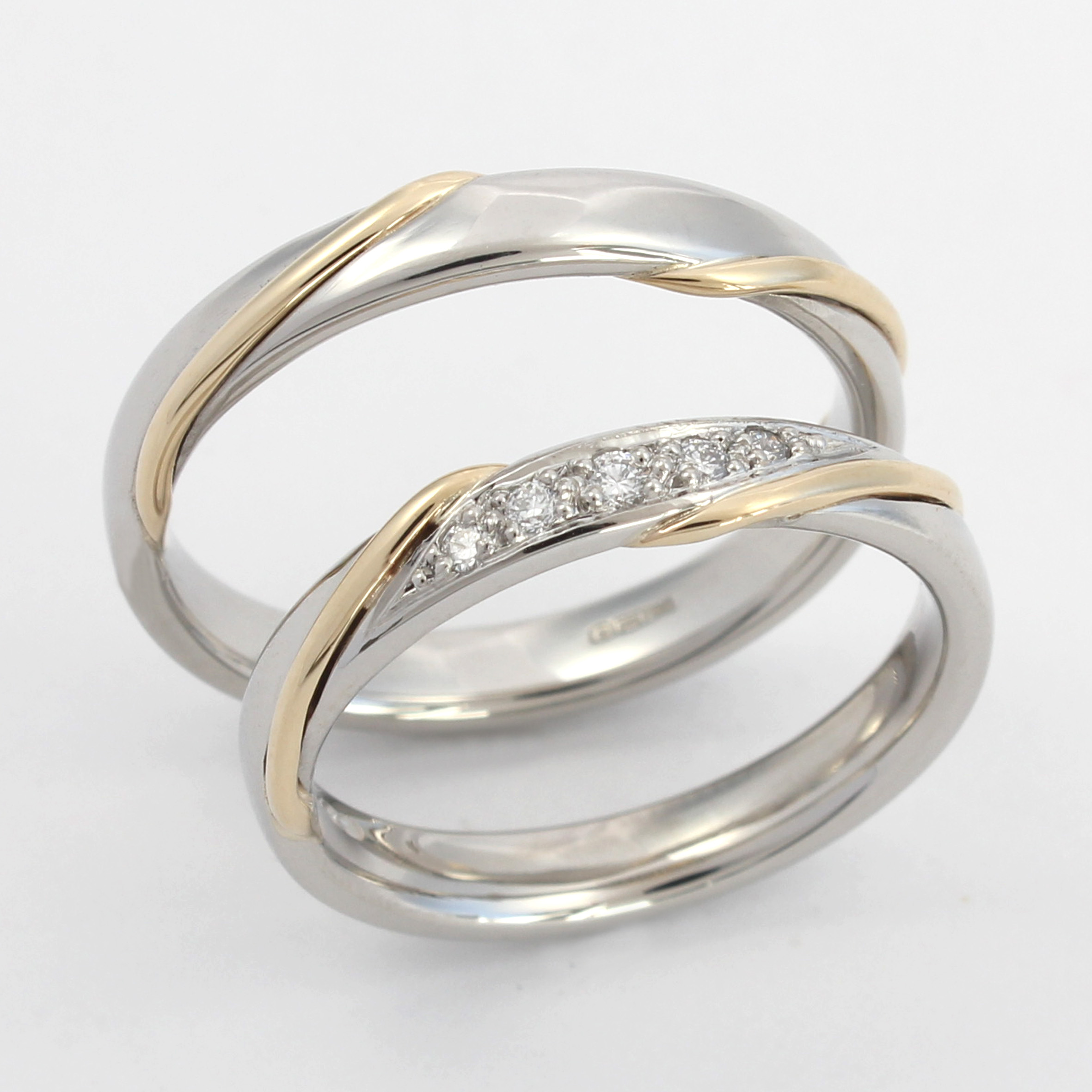 Platinum wedding ring with yellow gold twist design